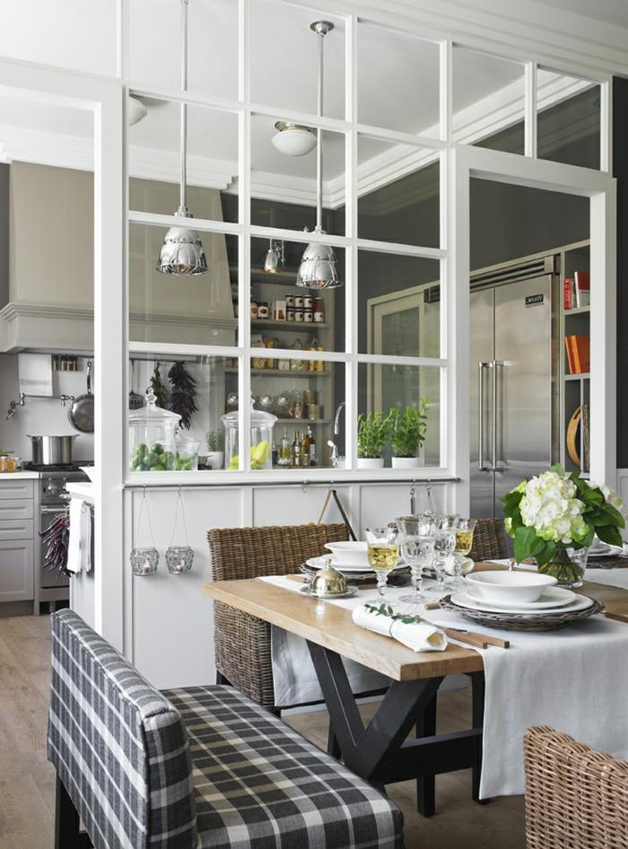 cuisine avec verriere, cuisine style country chic, table en bois, chaises cosy, lampes chromées