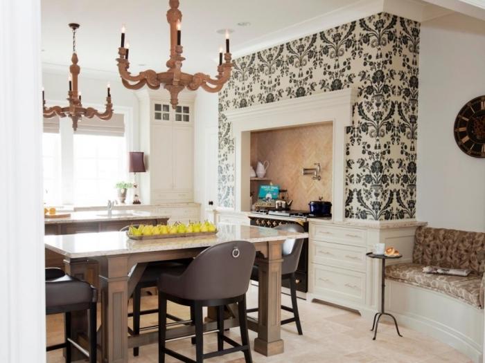le papier peint à design baroque permet de définir joliment l'espace au-dessus de la cuisinière tout en étant en harmonie avec la cuisine style classique