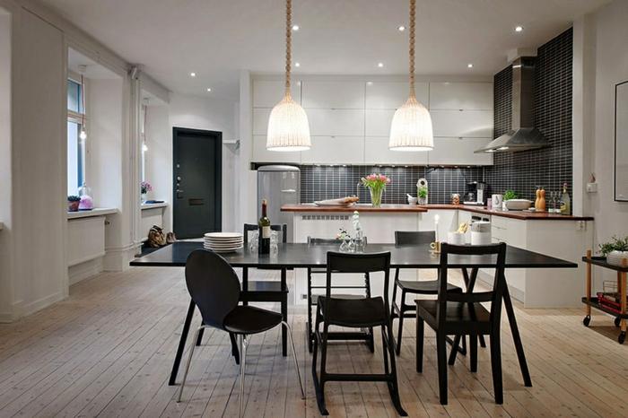 aménagement cuisine moderne, lampes pendantes, comptoir en bois et blanc, table à manger noire