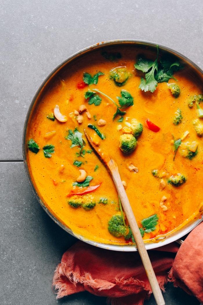 recette de curry facile préparé dans un seul pot avec du lait de coco, légumes frais et courge, curry à au lait de coco et à la citrouille recette réconfortante pour l'automne et l'hiver