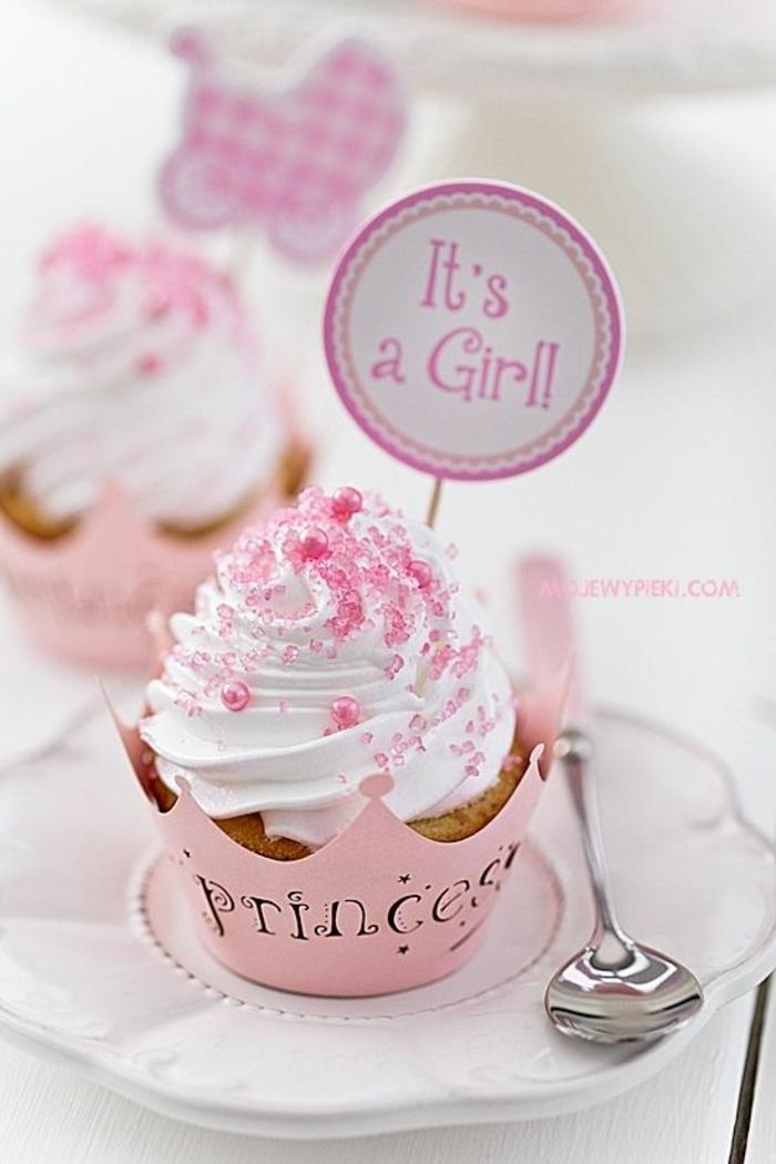 une pâtisserie en rose avec de la crème fraîche montée avec du sucre colore en rose, perles roses pour une fillette bébé, cup cake avec récipient en métal aux lettres ciselées Princesse, baby shower fille