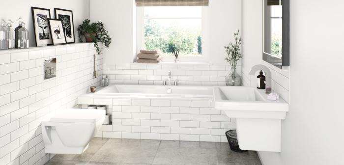 déco de salle de bain blanche au carrelage plancher en gris clair, idées rangement mural horizontale, revêtement mural en carrelage design briques blanches