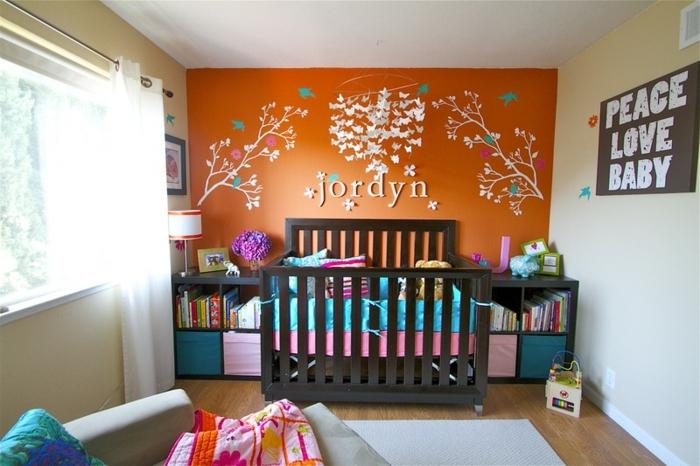 lit noir, tapis blanc, peinture murale blanche et orange, deco chambre enfant garcon