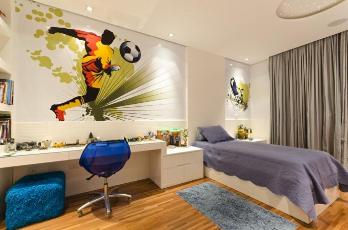 bureau blanc, chaise pivotante, tapis bleu, lit en blanc et bleu, idee deco chambre garcon, dessin mural