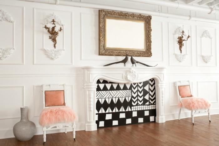 parement mural bois blanc, cheminé murale décorative, miroir encadré, appliques somptueuses