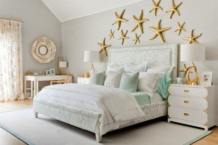 idée déco chambre parentale, coiffeuse blanche, miroir rond, étoiles de mer dorées, coussins turquoises