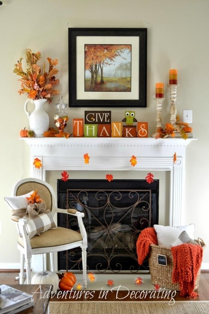 cheminée blanche à déco joyeuse, chaise médaillon, panier rustique avec plaid et coussin