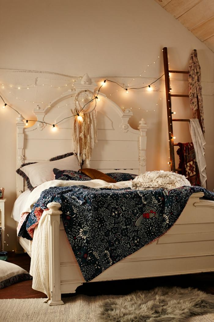 déco avec guirlandes lumineuses, lit blanc, toiture en pente, tête de lit baroque, couverture bohème, échelle décorative