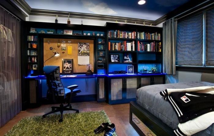 tapis vert poilu, bureaux suspendus, chaise pivotante, peinture chambre garçon bleue