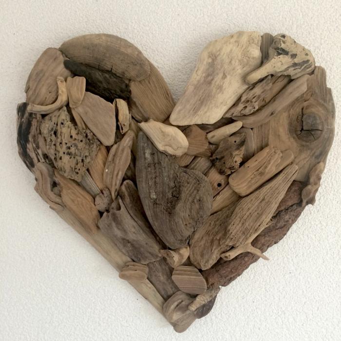 décoration murale bois flotté, sculpter un coeur en bûches de bois, décoration murale bois flotté
