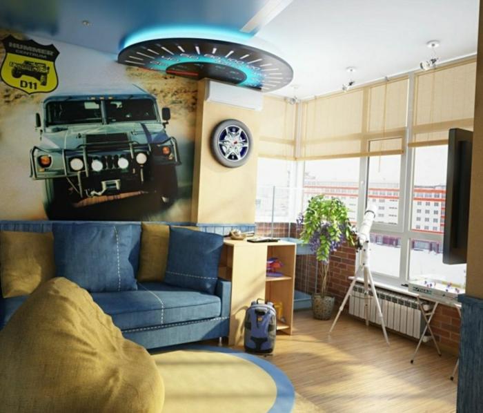 poster voiture, sofa bleu, grand pouf et tapis de couleur claire, idee deco chambre garcon jaune et bleu
