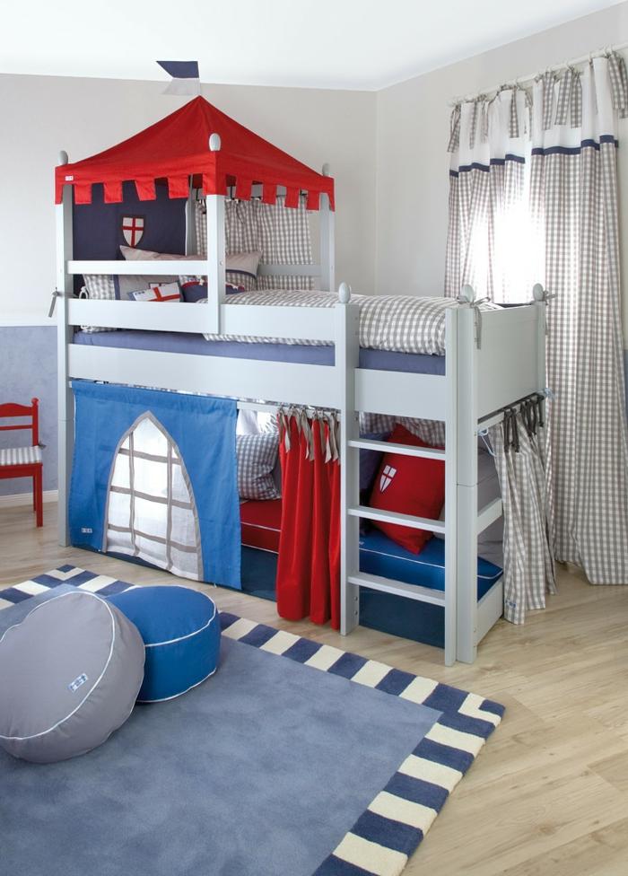 tapis gris, tabourets ronds, lit avec toit de chateau, rideau à carreaux, chambre garcon bleu