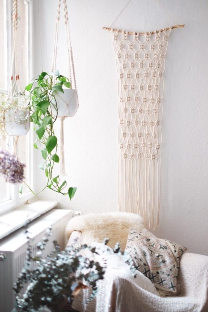comment aménager une pièce cozy en style bohème avec suspension plate et mur en macramé, création en noeud macramé et bois