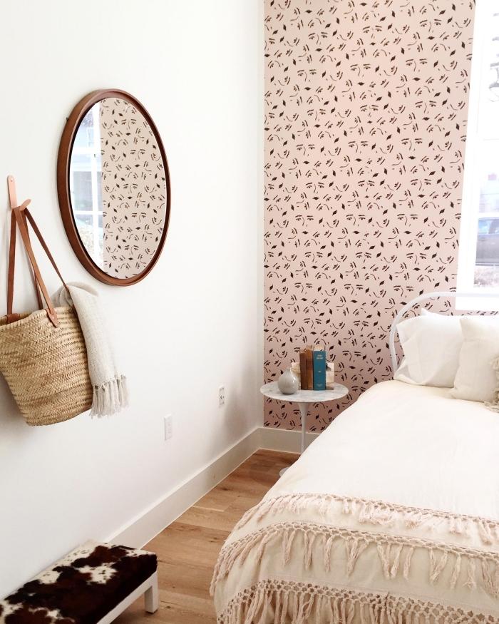 pose papier peint adhésif sur un pan de mur pour créer une ambiance particulière