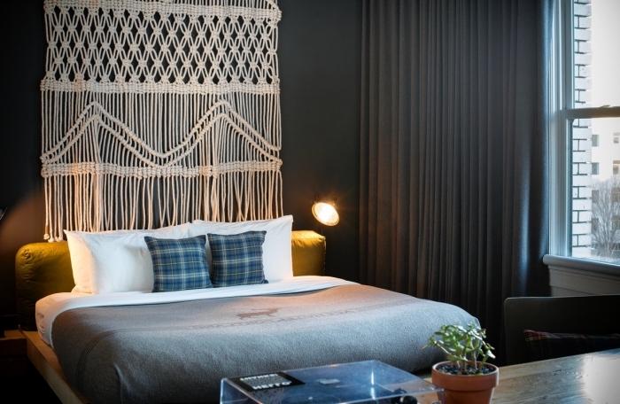 idée comment aménager une chambre à coucher aux murs foncés avec une jolie déco murale en macramé DIY