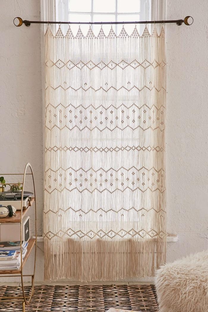 modèle de rideau long DIY réalisé avec noeuds macramé, déco bohème dans une pièce beige aménagée avec meubles bois