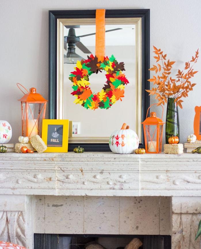 deco cheminée en citrouille et couronne de feuilles mortes artificielles en feutrine, lanternes et mini citrouilles peintes