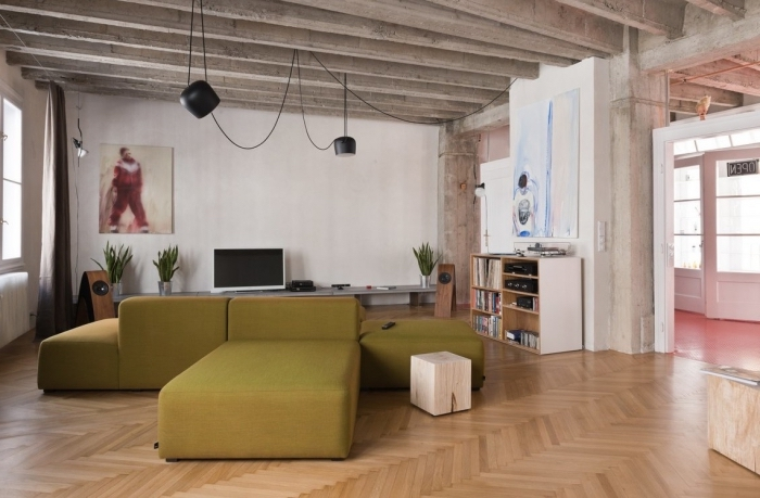 design intérieur moderne dans l'esprit minimaliste avec plafond en fausse poutres et parquet de bois, idée quelle plante verte pour intérieur