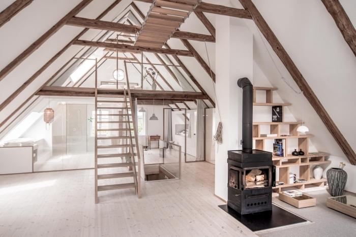 exemple comment aménager une pièce sous pente avec déco en poutres de bois apparentes sur plafond et mur blancs