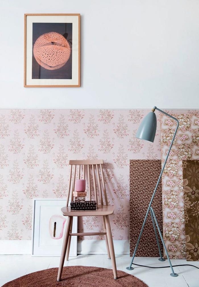 un lé papier peint vintage fleuri en tons de rose en sous-bassement du mur, habiller un soubassement avec du papier peint adhésif
