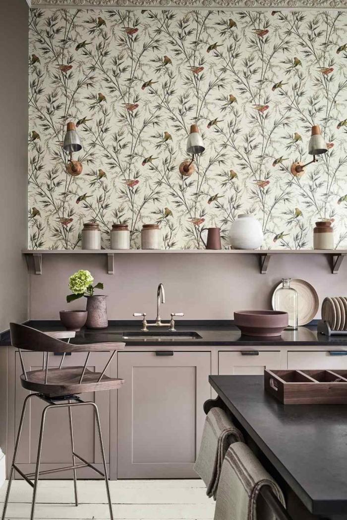 du papier peint pour cuisine tendance, cuisine en tons beige avec étagère murale ouverte et du papier peint sur un pan de mur