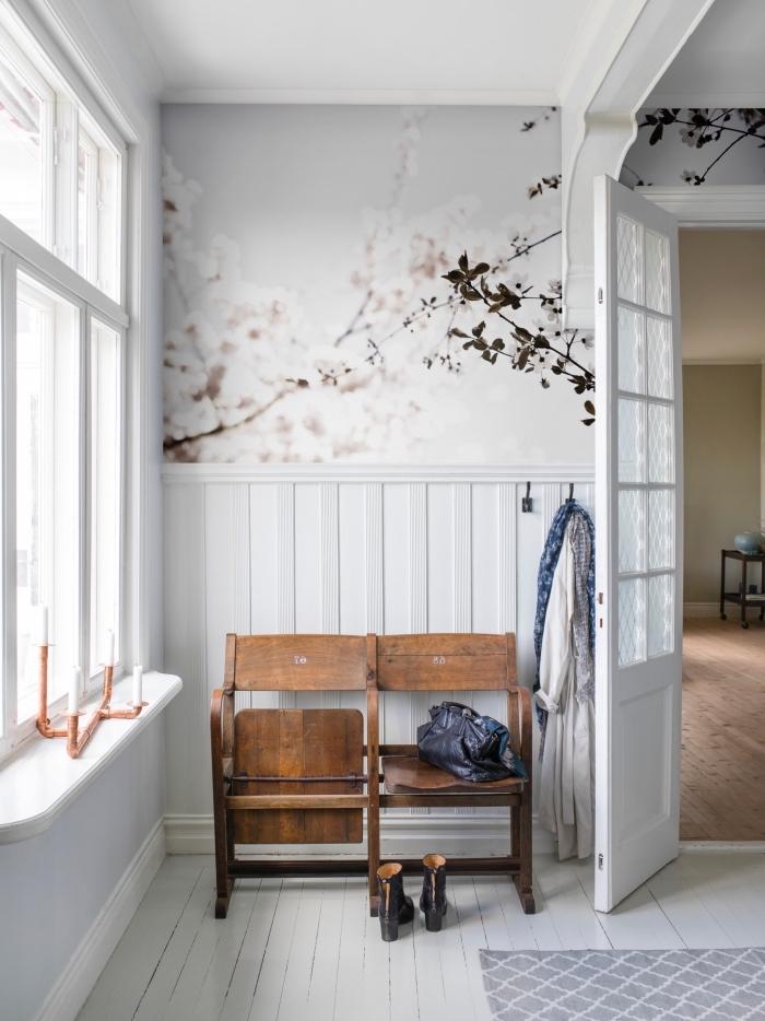 idée déco papier peint salon, salon vintage scandinave dont le mur a été recouvert à moitié de papier peint motif japonais, à moitié de lambris blanc