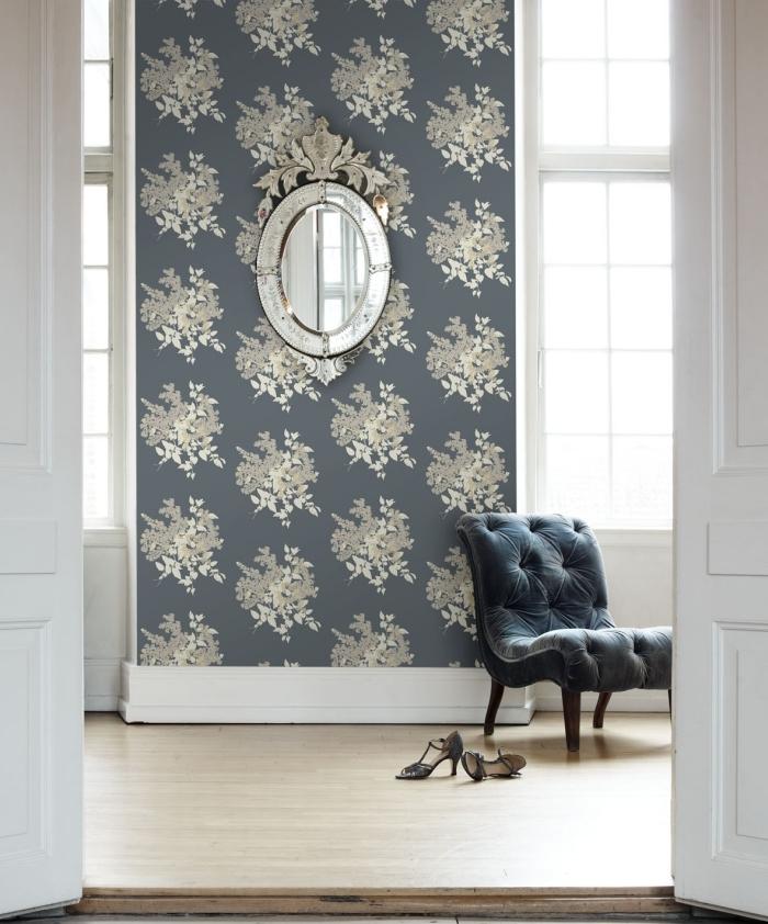 papier peint design contemporain à motifs floraux métallisés sur un fond gris posé sur un pan de mur pour un joli effet décoratif