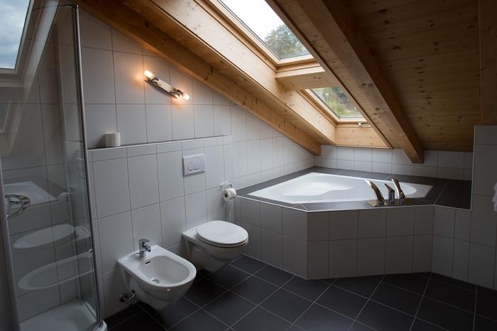 idée comment intégrer une petite baignoire d angle dans une salle de bain sous combles, modèle de salle de bain avec baignoire et cabine de douche