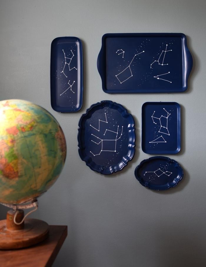 décoration murale originale avec un objet détourné de son usage traditionnel, des plateaux de services détournés en décor murale constellation