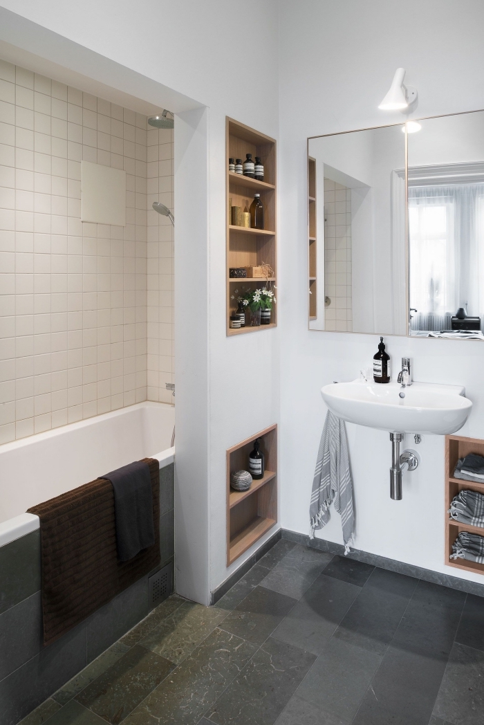 exemple amenagement petite salle de bain 4m2 avec rangement gain place niches et étagères de bois ouvertes