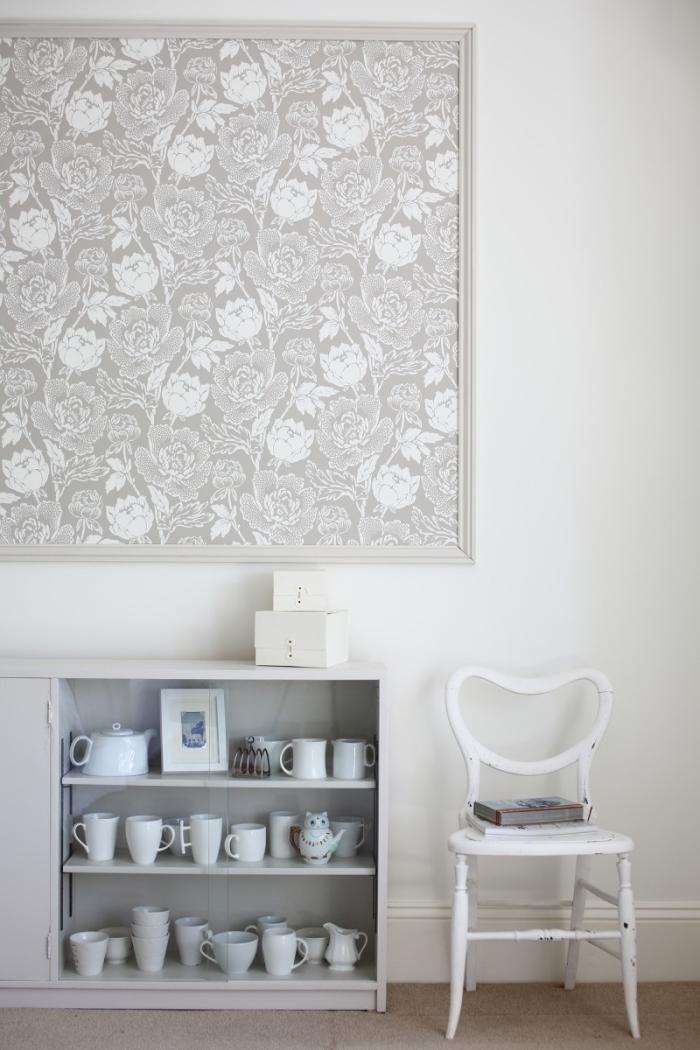 un panneau mural original réalisé avec un morceau de papier peint fleuri monochrome encadré, idée de tapisserie moderne encadrée