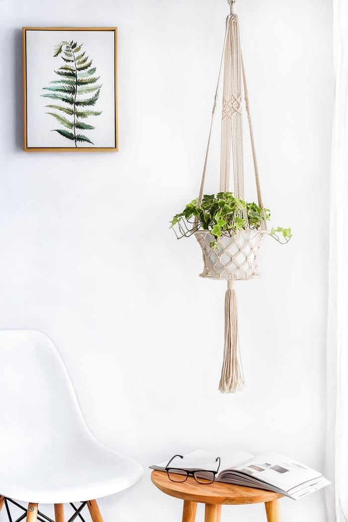 intérieur moderne avec éléments bohème chic en bois et blanc, suspension pour plante DIY en corde noeuds macramé