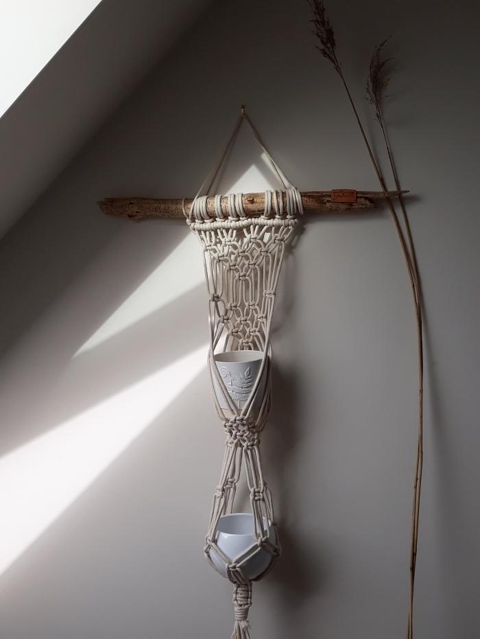 modèle de création en noeuds macramés pour plantes, objet DIY facile en bâton de bois et cordelette, idée déco accessoire sous pente