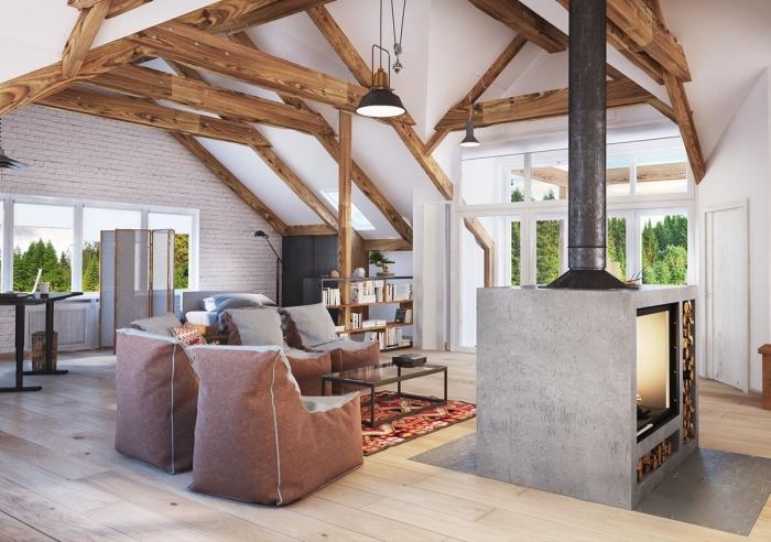 aménagement maison ou appartement de style contemporain avec éléments traditionnels, exemple de salon à plafond haut blanc avec charpente de bois foncé