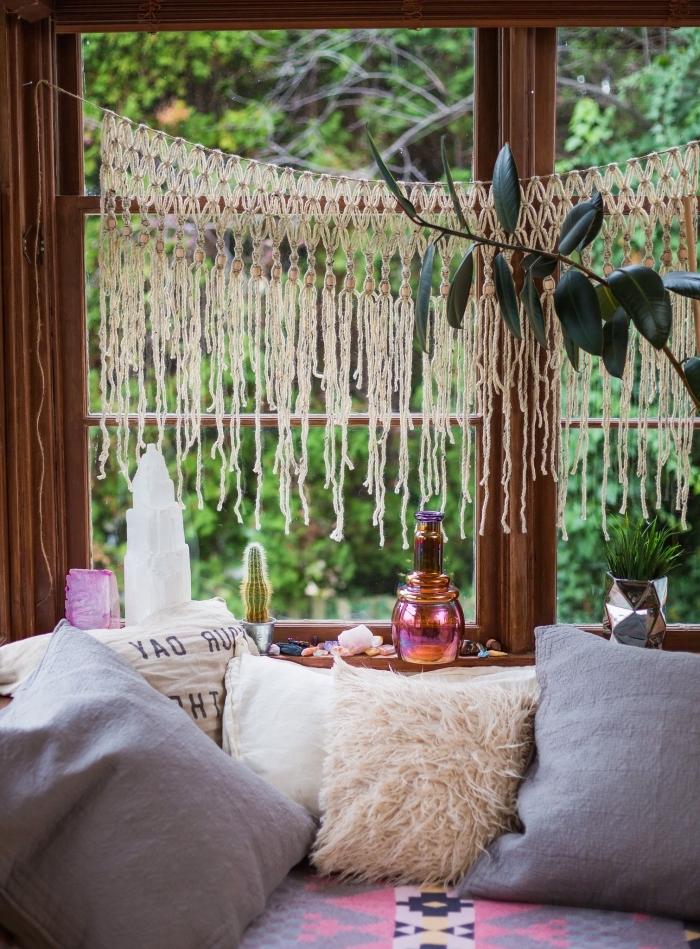 salon hippie chic ou bohème avec accessoires ethniques, modèle de rideaux DIY en technique macramé avec perles de bois