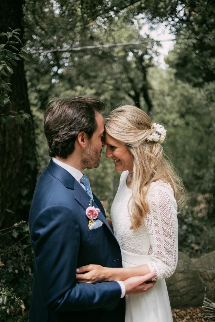 vision bohème chic et romantique avec une robe de mariée manche longue à coupe fluide et à dos qui associe la mousseline et la dentelle