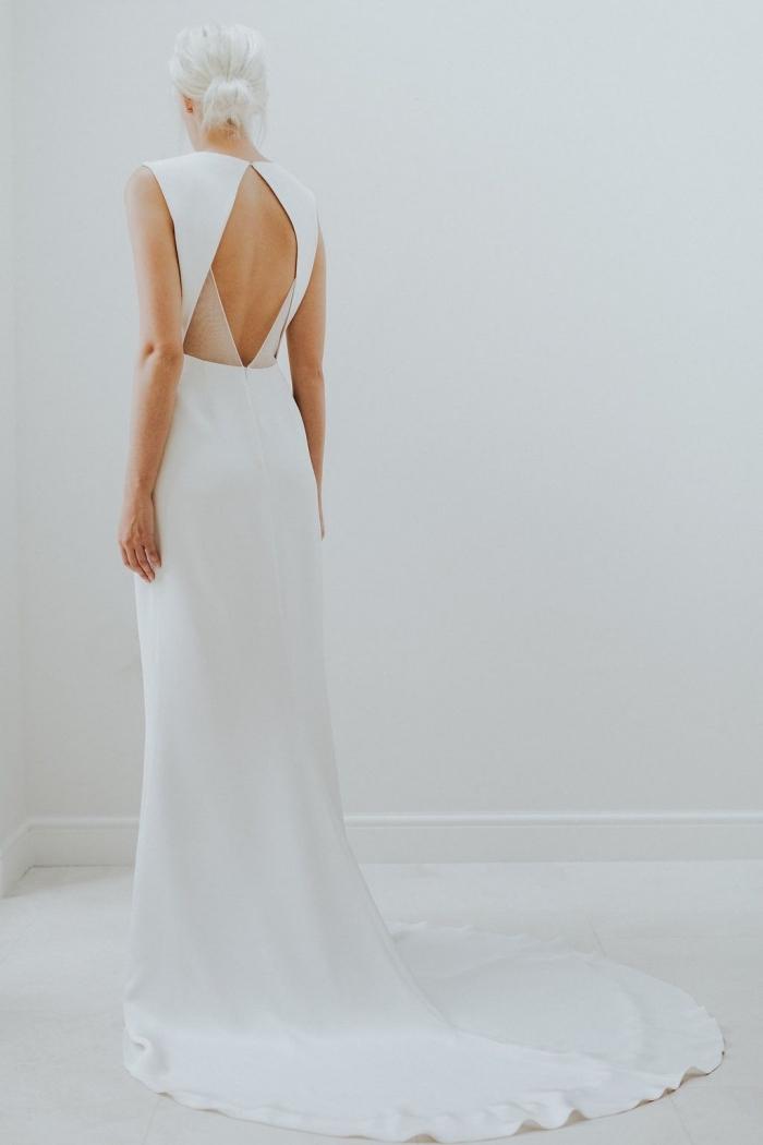 une robe mariée dos nu losange aux accents en tulle transparents offre à la fois une silhouette romantique et structurée