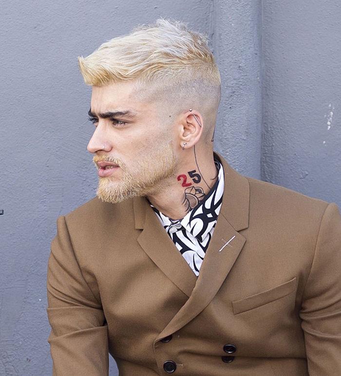 coupe courte homme en dégradé court avec décoloration blond platine et meche sur le devant