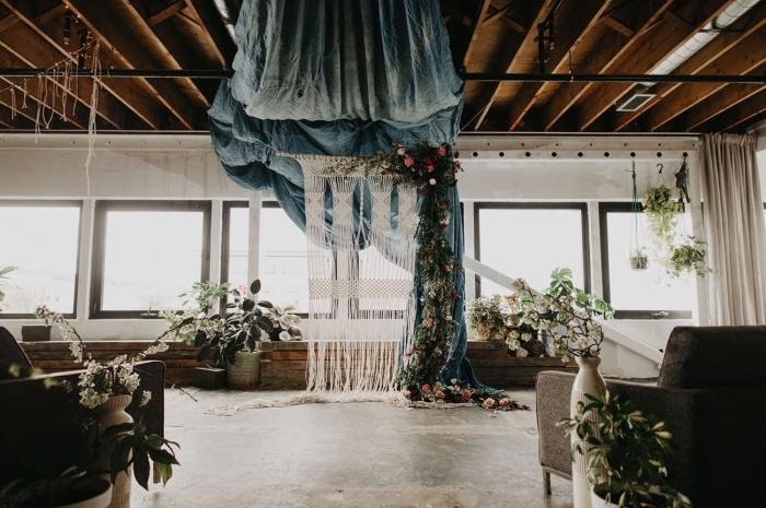rideau DIY en noeuds macramés avec fleurs et bâton de bois, idée décor de mariage en style boho chic avec arc en macramé
