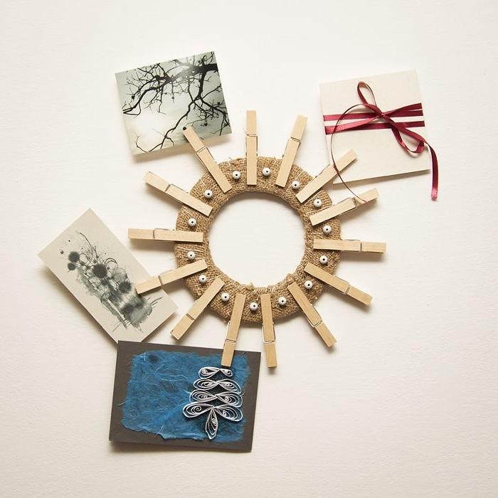 idée déco murale avec objet recyclé, cadre rond en carton, décoré avec toile de jute, pinces à linge et des perles de bois
