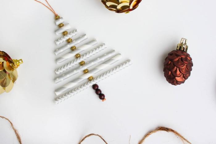 décoration de noël récup avec des pailles blanc et gris formant un joli sapin de noël, deco a faire soi meme recup pour la fête de noël