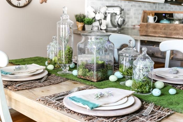 exemple comment décorer la table de paques avec mini jardin dans contenant en verre, idée déco de paques faciles