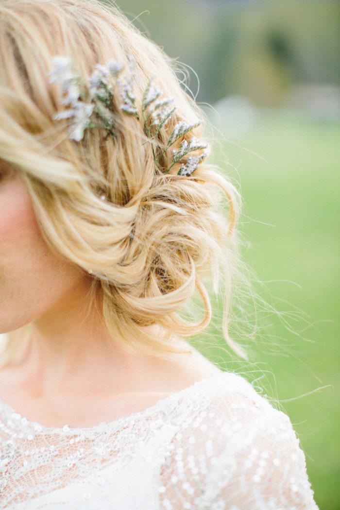 Coiffure mariage bohème chic, coiffure cheveux mi long mariage ondes, accessoire de fleurs sur le chignon de cote