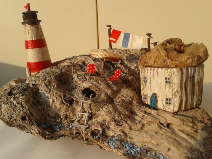 morceau de bois flotté transformé en côte, tout un petit monde créé avec matériaux simples