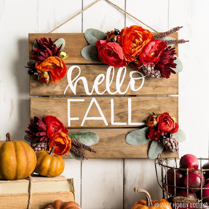 bricolage decoration a faire soi meme en planches de bois avec lettees bienvenue automne et des fleurs automnales, deco en pommes et citrouilles