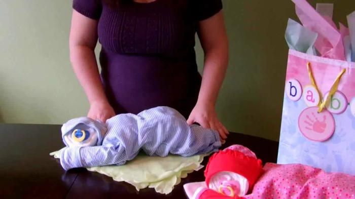 cadeau baby shower, bébés en taille réelle composés de couches pour le nouveau né, deco baby shower garcon, baby shower fille