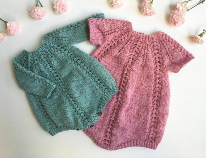 idee cadeau femme enceinte, deux vêtements en maille, tricot pour fille et pour garçon, des roses roses tout autour des deux cadeaux