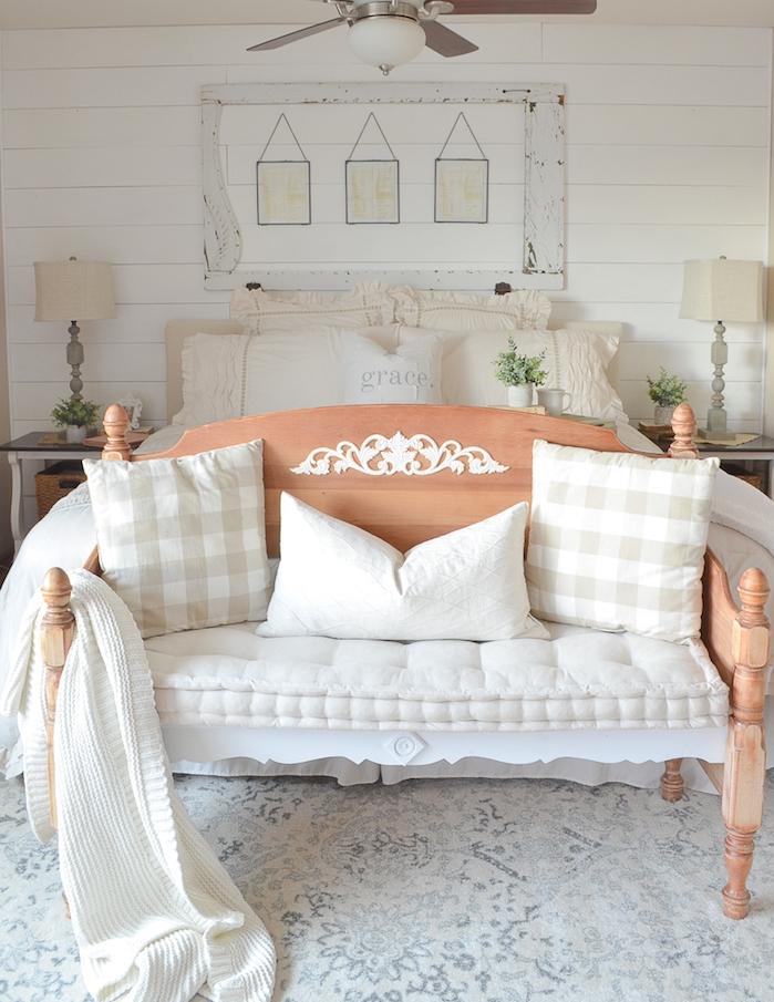 deco anglaise pour une chambre à coucher en blanc, linge de lit blanc, bout de lit en banc décoré de coussins blancs, deco de charme campagnard