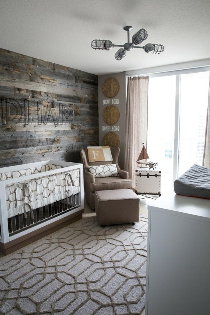 tapis gris, lit bébé blanc, fauteuil gris avec tabouret, deco chambre enfant garcon