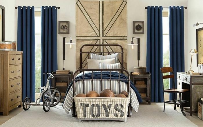 meubles style vintage industriel, peinture chambre enfant blanche, rideaux bleus, aménagement bois et fer
